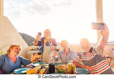 先輩, 概念, 定年退職者, selfie, 年配, 朗らかである, バーベキュー, 屋根, -, 赤, 幸せ, 食べること, 電話, 飲むこと, モビール, 取得, 一緒に, 笑い, 活動, 楽しみ, 作成, 持つこと, ワイン