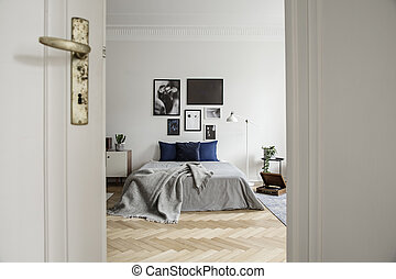 光景, によって, 開いているドア, に, a, 広い, そして, 自然, 寝室, 内部, ∥で∥, 堅材 床, 画廊, そして, ミニマリスト, 装飾