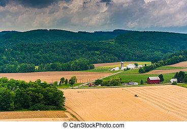 光景, の, 農場, フィールド, そして, 遠い, 山, から, a, 路傍, overlo