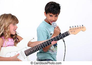 兩個孩子, 唱, 以及, 演奏吉他