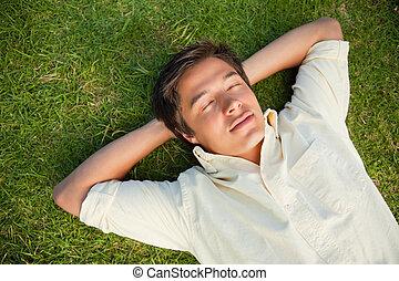 兩個都, 眼睛, 他的, 脖子, 後面, 關閉, 手, 躺, 人