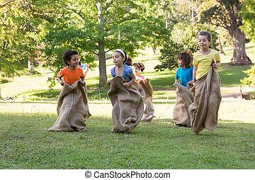 公园, 有, 孩子, 比赛, 袋子