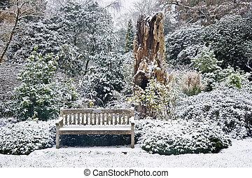 公園のベンチ, 中に, 雪が覆われる, 公園, 囲まれた, によって, 木, そして, 群葉