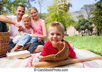 公園, わずかしか, 彼の, 持つこと, 間, 微笑, 手袋, 家族, 男の子, 野球, 身に着けていること, ピクニック