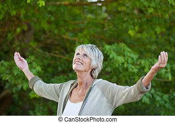 公園, 年長の 女性, 伸ばしている腕