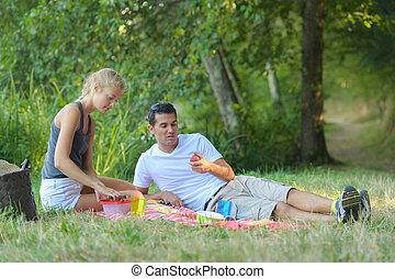 公園, 恋人, ピクニック, 若い, 食べること