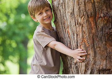 公園, 木の抱き締めること, 男の子, 若い