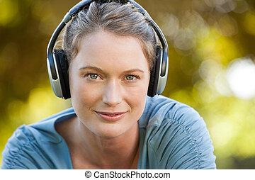 公園, 美しい, 楽しむ, 音楽, 女, クローズアップ