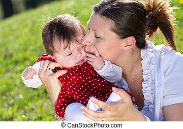 公園, 赤ん坊, 母, 接吻