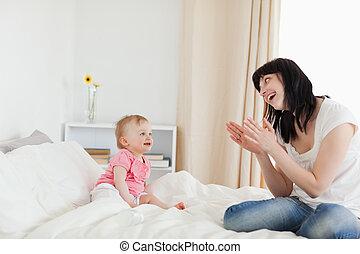 公寓, 她, 坐, 床, 當時, 黑發淺黑膚色女子, 女性, 華麗, 嬰孩, 玩