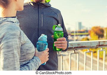 关闭, 在中, 夫妇, 带, 水瓶子, 在户外