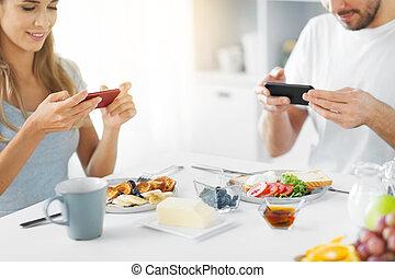 关闭, 在中, 夫妇, 带, smartphones, 在, 早餐