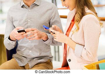 关闭, 在中, 夫妇, 带, smartphones, 购物