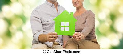 关闭, 在中, 开心, 高级夫妇, 带, 绿色的房子
