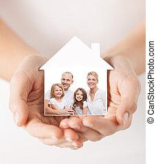 关闭, 在中, 手, 握住, 房子, 形状, 带, 家庭