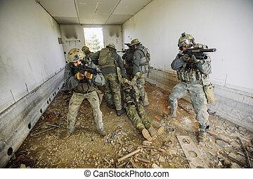 兵士, けが人, evacuating, 人