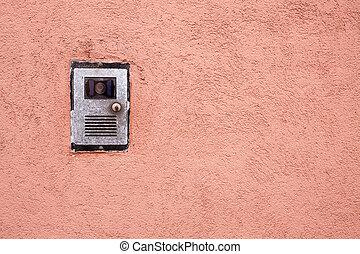 内部通信, 在上, 红的墙壁