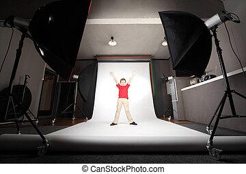 内部, の, 専門家, 写真の スタジオ, 男の子, 中に, 赤いシャツ, 地位, 白, 背景