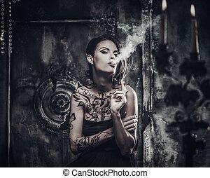 内部, 入れ墨された, 美しい, 古い 女性, 気味悪い, 喫煙