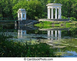 円形の建物, 上に, ∥, 池