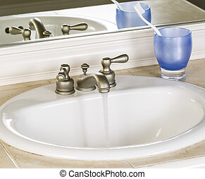 写真, の, 白, 浴室の 流し, そして, 動くこと, 蛇口, ∥で∥, 青, カップ, つめブラシ, そして, 鏡, 中に, 背景