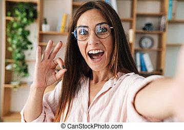 写真, イメージ, selfie, ジェスチャーで表現する, わかりました 印, 間, 女性実業家, 取得