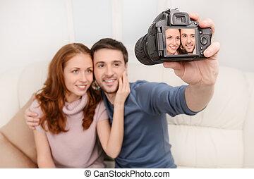 写真, モデル, 恋人, 若い, ソファー, 魅力的, カメラ。, 微笑, 彼ら自身, 取得