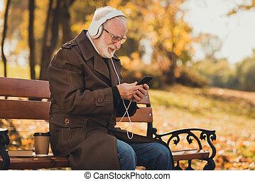 写真, 選びなさい, 残り, リラックスしなさい, 10 月, smartphone, 現代, 使用, 秋, コート, 毛, ヘッドホン, ウエア, ジャケット, ベンチ, 白, 古い, playlist, プロフィール, 側, 灰色, 木, 人, 座りなさい, 週末, 聞きなさい, 音楽, 公園