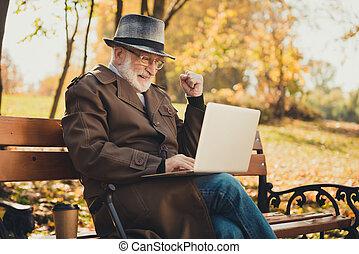 写真, 電子メール, 握りこぶし, 有頂天, 歩きなさい, 座りなさい, 秋, 使用, コート, ウエア, スティック, 帽子, 帽子, 勝利, ラップトップ, 黒, 点検, 古い, 昇給, 町, 自然, プロフィール, 宝くじ, 中心, 側, 人, 金曜日, ベンチ, 公園