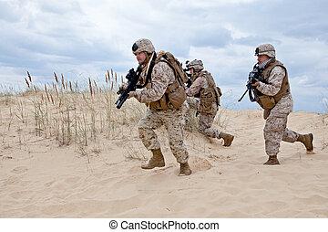 军方, 操作