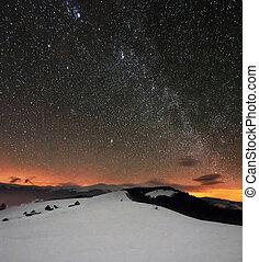 冬季, 山, 在下面, 布满星星, 多云的天空