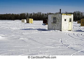 冰下捕魚, 小屋