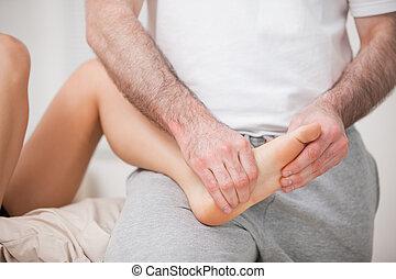 処理, 彼の, フィート, 間, それ, 保有物, reflexologist, 患者, 屋内, 腿