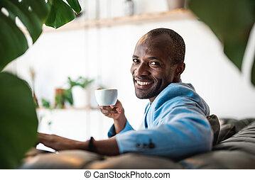 出て行く, 人の飲むコーヒー, 大袈裟な表情をしなさい