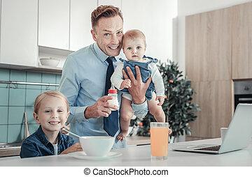 出費, 父, 満足させられた, 時間, children., 微笑, ハンサム
