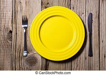 刀叉餐具, 以及, 黃色, 盤子, 上, 木製的桌子