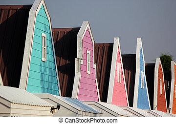 切妻, カラフルである, 窓, 家, 屋根, 木製である