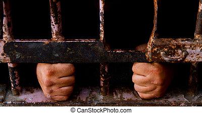 刑務所に入って, 捕えられた