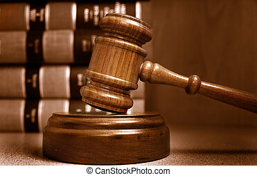 判断, 木槌, 同时,, 法律书, 堆积, 在后面