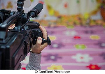制御, 彼の, 仕事, カメラ, イメージ, -, の上, 手, 屋外, 装置, 不足分, ビデオ, 背景, オペレーター, 終わり, ぼんやりさせられた, camcorder