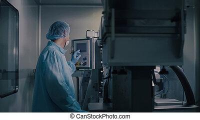 制御, 薬, manufacturing., industry., equipment., プログラミング, 工場, 薬局, ライン。, 作動, 労働者, 製造, エンジニア