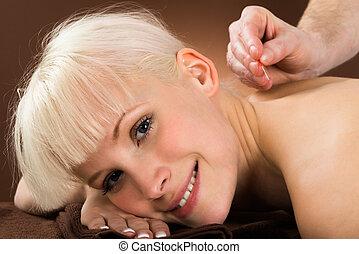 刺鍼術, 女, 待遇, 受け取ること, 若い