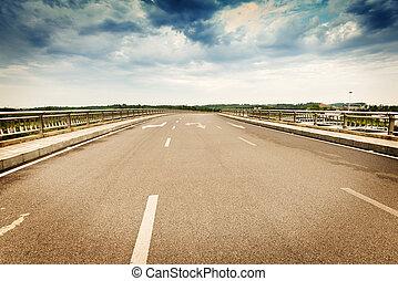 前方へ, 道