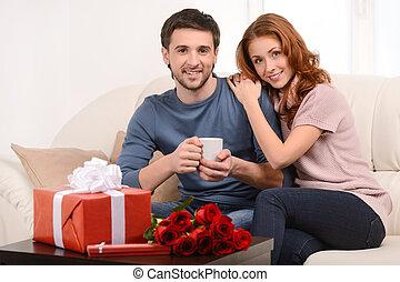前景, 贈り物, モデル, 恋人, 若い, 一緒に, ソファー, 箱, 魅力的, 花, home., 情事