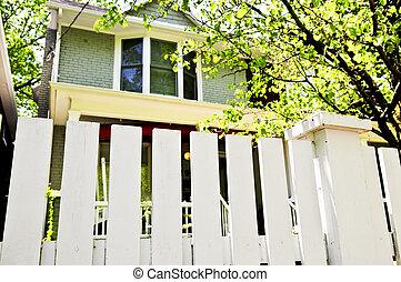 前院, 由于, 白色的柵欄