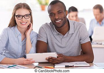 創造性, co-workers., 二, 商業界人士, 共同坐, 在桌子, 以及, 藏品, 數字的藥片, 當時, 其他,...