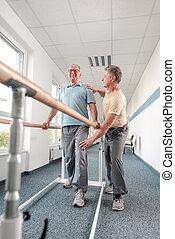 助力, シニア, 歩くこと, 人, バー, リハビリテーション, 物理療法家