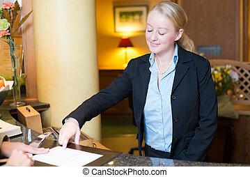 助力, 点検, ホテルの ゲスト, 受付係