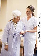 助力, 看護婦, 女, シニア, 歩きなさい