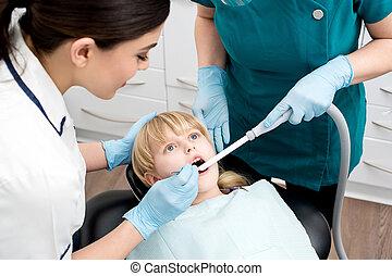 助手, わずかしか, 歯医者の, 女の子, 御馳走